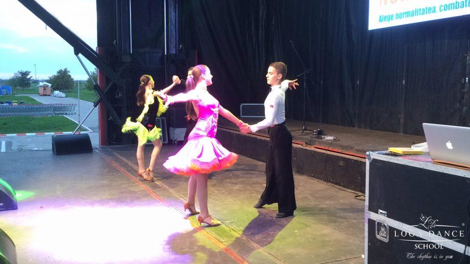 Spectacol de dans in parcarea Auchan